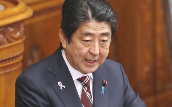 TPP法案の審議が始まった参院本会議で答弁する安倍首相(11日午前)