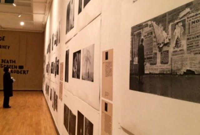 作品を印刷した新聞のロール紙が壁に張られた(東京・上野の東京芸術大)