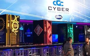 米国で8月開かれたDARPA主催のハッキング大会で、ステージのAI搭載コンピューターが攻防を繰り返した
