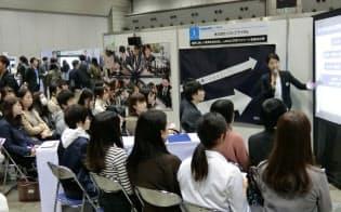 インターンの合同企業説明会には多くの学生が集まる(昨年11月、東京・江東の東京ビッグサイト)