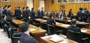 抗議する民進党議員が委員長席に詰め寄るなか、賛成多数でカジノ法案を可決した衆院内閣委(2日)