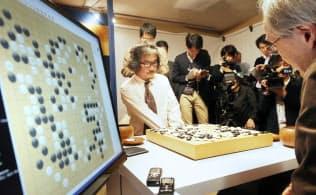 第2回囲碁電王戦第3局で「DeepZenGo」に勝利した趙治勲名誉名人(中央)=11月23日、東京都千代田区