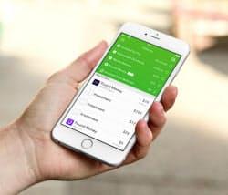 アプリ「エイコーンズ」はクレジットカードなどと連動。買い物のおつりを積み立て運用する