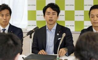 小泉進次郎氏(中)ら若手議員は高齢者偏重の社会保障に異を唱える