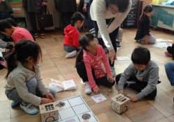 ロボットを指示通りに動かすミッションに挑む1年生の授業(東京都小金井市)