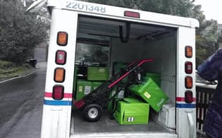 配達人がしばしば変わる(アマゾン・フレッシュの冷蔵ボックスを積んだ郵便局のトラック)