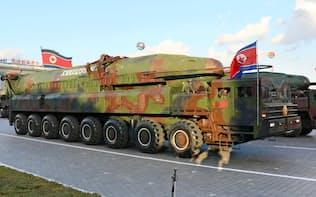 15年10月、軍事パレードに登場した大陸間弾道ミサイル=共同