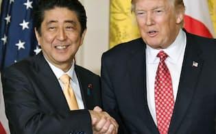 10日、共同記者会見を終え、握手する安倍首相とトランプ米大統領=共同
