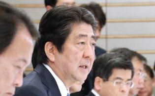 働き方改革実現会議であいさつする安倍首相(22日、首相官邸)