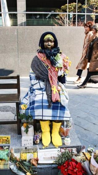 日本大使館前の慰安婦少女像(23日、ソウル)