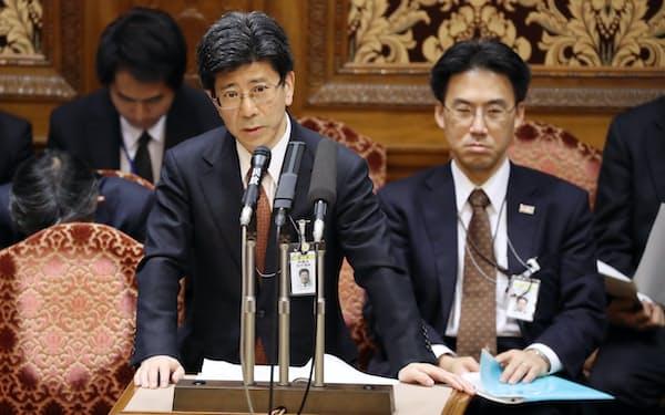 参院予算委で答弁する佐川理財局長(中)(3日)