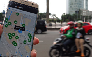 インドネシアでは二輪タクシーの配車アプリが急速に普及(2月、ジャカルタ中心部)