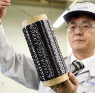 日本カーボンの子会社「NGSアドバンストファイバー」が開発した繊維素材(富山市)