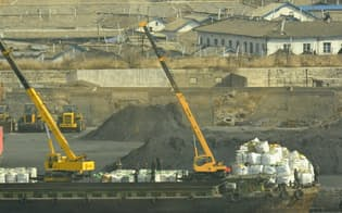 北朝鮮・新義州の石炭積み出し港