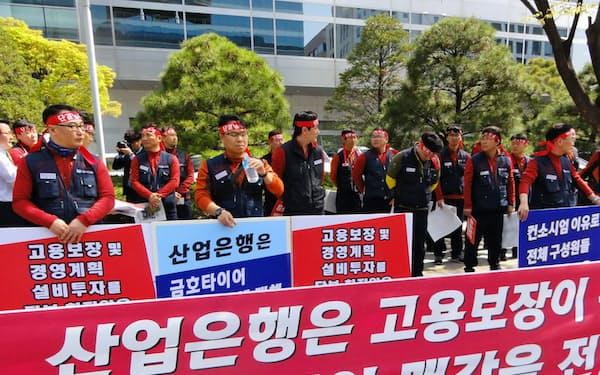韓国産業銀行の前で中国企業への売却計画に抗議するクムホタイヤ労組関係者(11日、ソウル)
