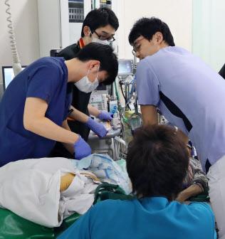 救急車で運ばれてきた患者に救命処置を施す医師や看護師(東京ベイ・浦安市川医療センター)