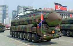 北朝鮮は軍事パレードで弾道ミサイルの存在を誇示した(15日)=共同