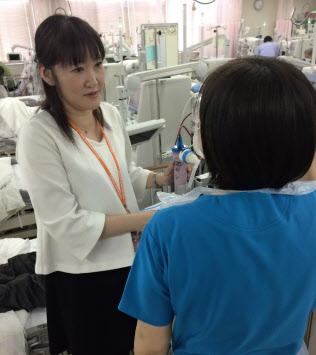 熊沢さん(左)が勤める名古屋共立病院の透析施設は患者でごった返す