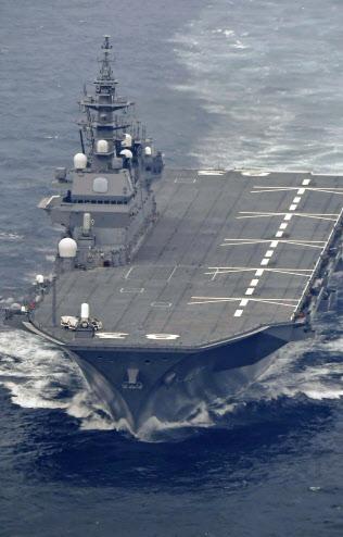 伊豆大島東方沖を航行する海上自衛隊のヘリコプター搭載型護衛艦「いずも」(1日)=共同