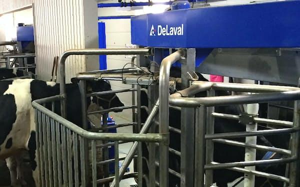 デラバルの「搾乳ロボット」。乳牛が入ると自動的に乳搾りできる(北海道江別市)