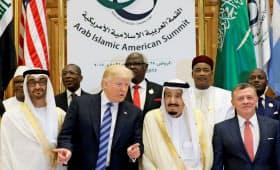 21日、リヤドでイスラム圏の首脳を集めた会合に参加したトランプ米大統領(中央左)=ロイター