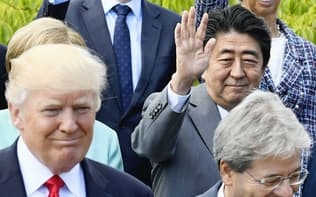 アジアの安保では日米の主導で結束を示した(27日、拡大会合を終えトランプ米大統領らと記念写真に納まる安倍首相)=共同