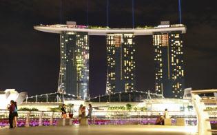 シンガポールのマリーナ・ベイサンズは大型のカジノとホテル、コンベンションセンターやショッピングモールなどを備えたIR施設。「日本勢」にとっても強力な競争相手になりそうだ