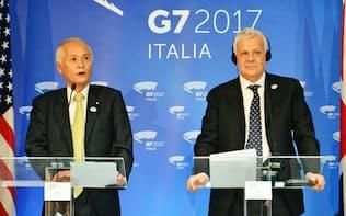 G7環境相会合の閉幕後に記者会見する山本環境相(左)とイタリアのガレッティ環境相(12日、イタリア・ボローニャ)=共同