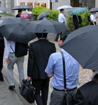 中医協の部会を傍聴するため、早朝から整理券を求めて列を作る人たち(14日、東京都千代田区)