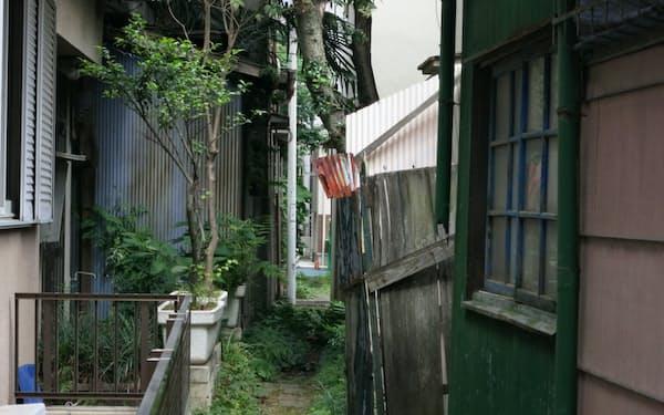 古い家屋の間を狭い路地が走る(東京都荒川区)