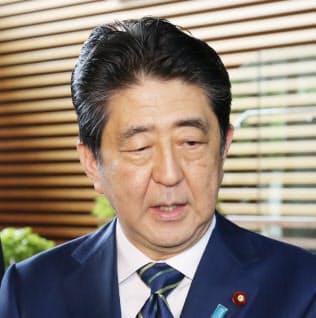 東京都議選の結果について、首相官邸で質問に応じる安倍首相(3日午前)