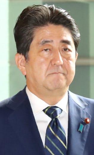 東京都議選から一夜明け、厳しい表情で首相官邸に入る安倍首相(3日)