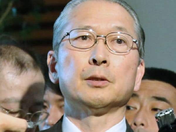 記者の質問に答える神津連合会長(13日、首相官邸)