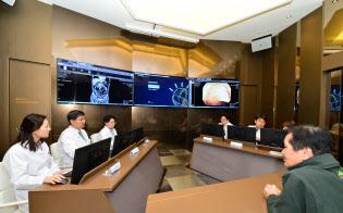 医師はAIの判断をもとに、患者(右)に治療法を説明する(仁川市の嘉泉大学ギル病院)