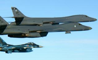 北朝鮮による大陸間弾道ミサイル発射の強行を受け、九州周辺の上空で米空軍機(上)と共同訓練を行う航空自衛隊のF2戦闘機(7月30日)=航空自衛隊提供