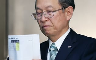 東芝の綱川社長は記者会見で「経営課題の一つを解決できた」と語った(10日、東京都港区)