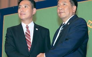 民進党代表選候補者の記者会見で握手する前原氏(左)と枝野氏(22日、東京都千代田区)