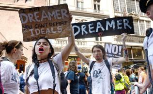 5日、米ニューヨークのトランプタワー近くで若者の強制送還猶予措置撤廃に抗議するデモ参加者ら=共同