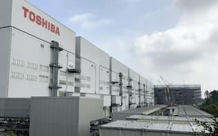 四日市工場では新棟の建設が進むが、技術者の確保に苦心する(三重県四日市市)
