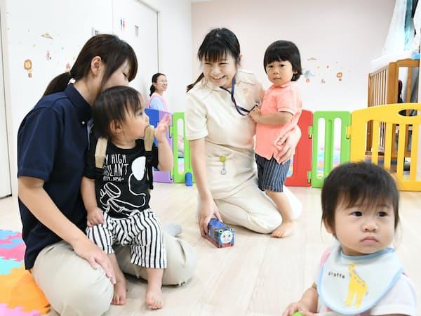 勤務する介護施設で、休憩中に併設託児所で子供とふれあう母親ら(8日、東京都杉並区のツクイ・サンシャイン杉並)=柏原敬樹撮影