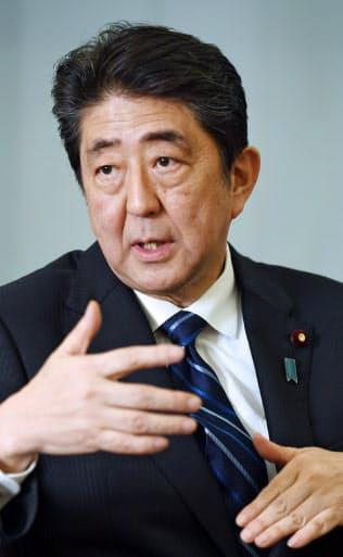 インタビューに答える安倍首相(12日、首相官邸)
