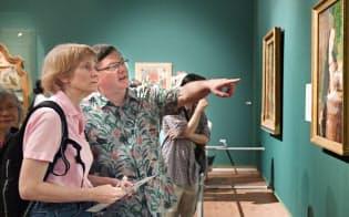 「バベルの塔」展に見入る米国人(大阪市北区の国立国際美術館)