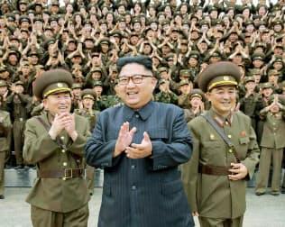 8月15日、北朝鮮の労働新聞が掲載した、朝鮮人民軍戦略軍司令部を視察する金正恩委員長(中央)の写真=コリアメディア提供・共同
