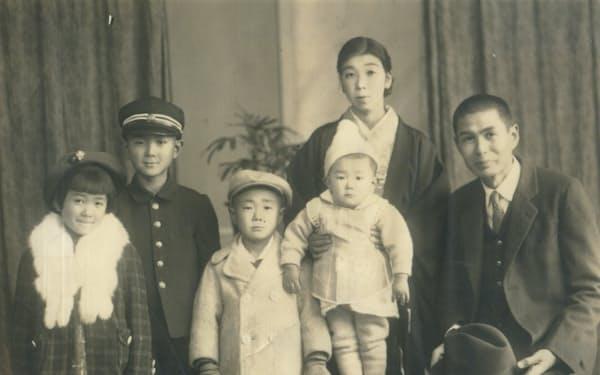 3男1女の末っ子として生まれた。右から2番目の女性が母の礼子