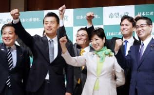 「希望の党」設立の記者会見で気勢を上げる小池代表(右から3人目)ら(27日午前、東京都新宿区)