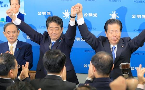 あいさつ回りで公明党の山口代表(右)を訪れた安倍首相(28日午後、国会内)