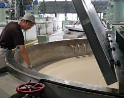 良質な石鹸づくりには熟練職人のノウハウが欠かせない (大阪市鶴見区)