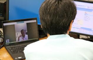 パソコンの画面越しに患者と話しながらカルテを打ち込んでいく(東京都江東区のクリニック)