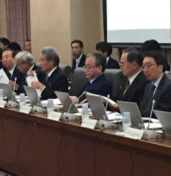 社会保障改革について議論する財制審の委員ら(4日、財務省)