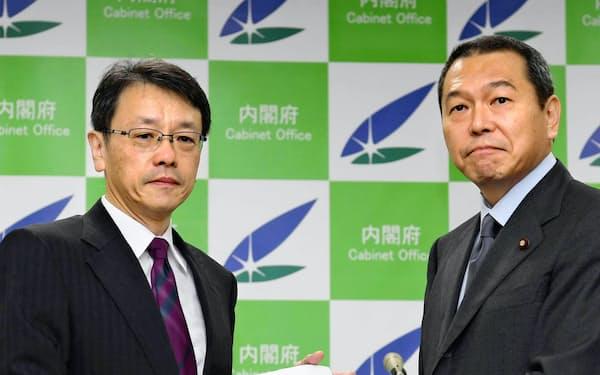 報告書を小此木八郎防災相(右)に提出する平田直・東大教授(9月、内閣府)